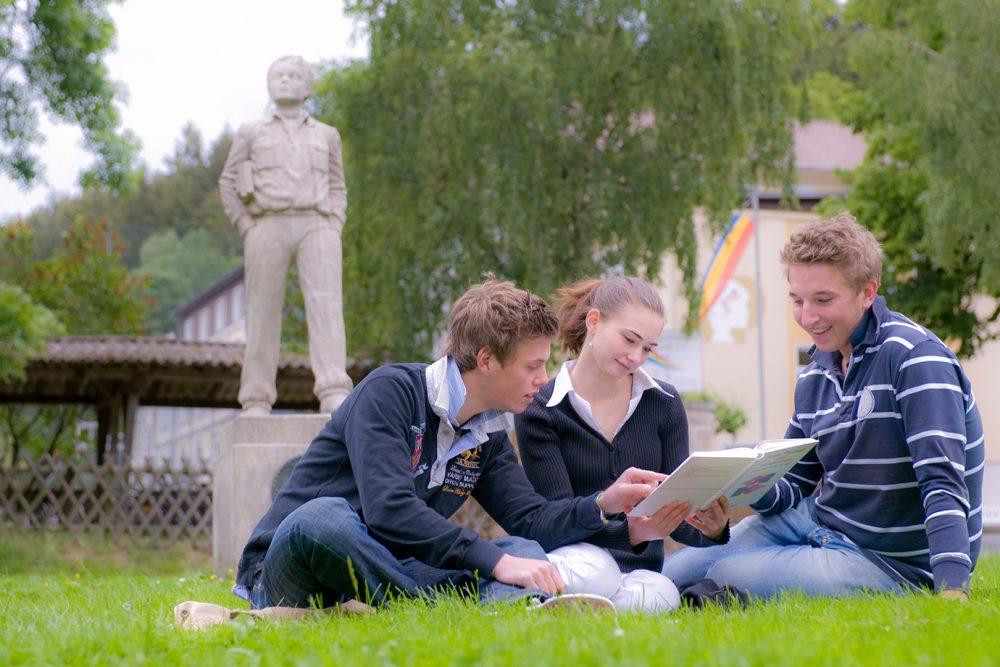 elever utendørs